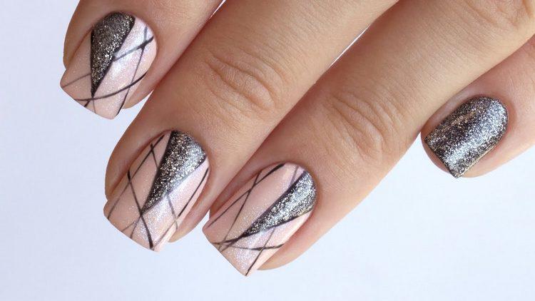 Очень актуальны в этом сезоне геометрические узоры на ногтях.