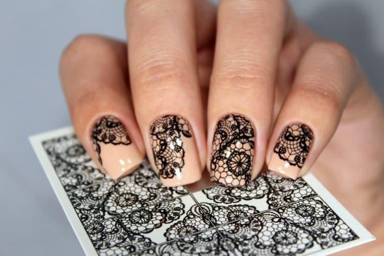 Актуальными даже для коротких ногтей будут кружевные узоры.