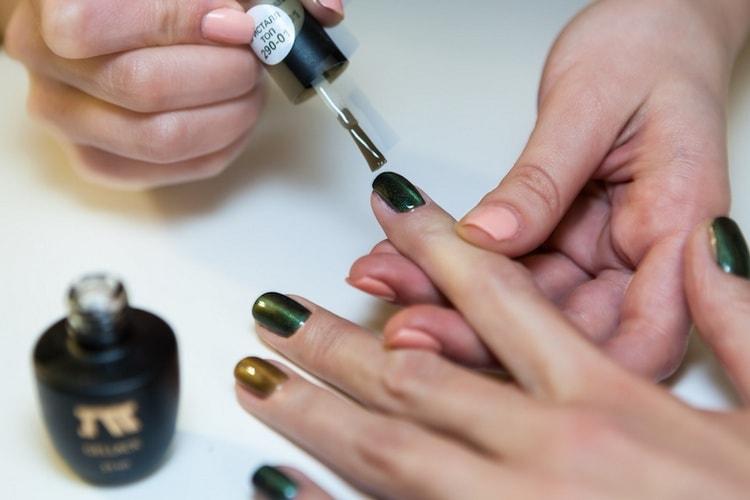 Покрываем ногти гель-лаком.