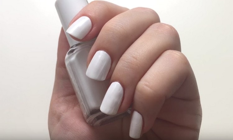 Покрываем ногти базовым лаком.