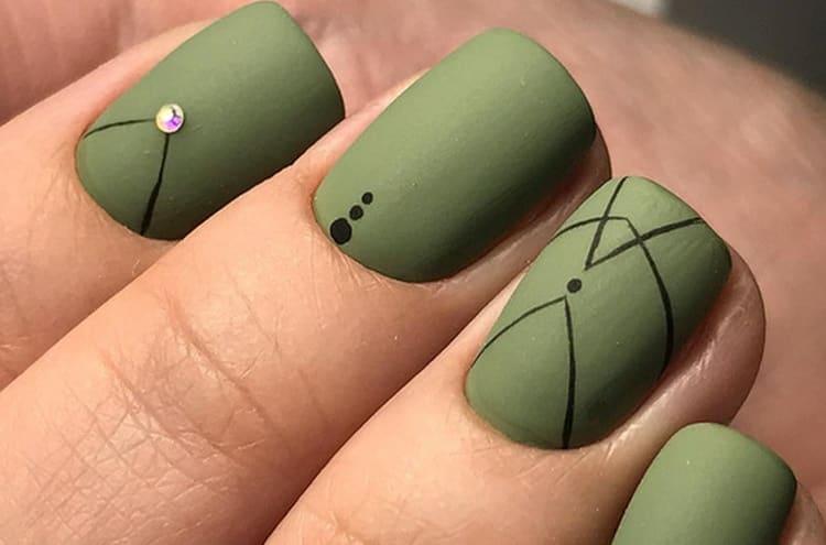 даже минимум геометрический узоров на ногтях сделают маникюр более эффектным.