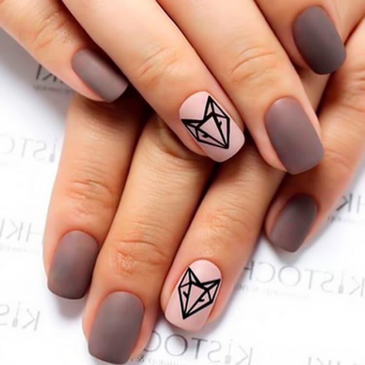 В моде также геометрические изображения зверей на ногтях.