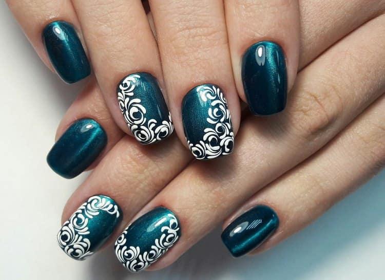 очень эффектно выглядит роспись на таких ногтях.