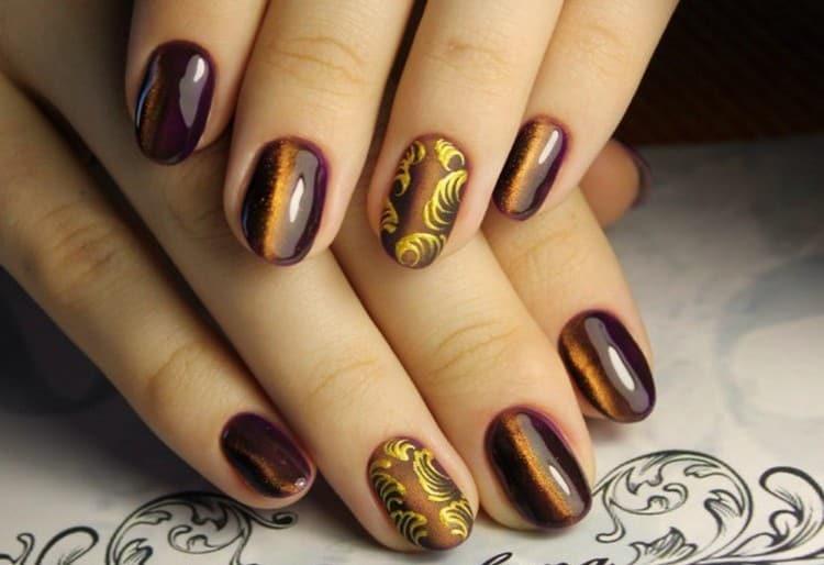 В коричневом цвете такой маникюр с росписью выглядит очень элегантно.
