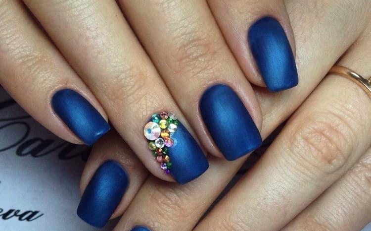 А вот синий вариант такого дизайна ногтей.