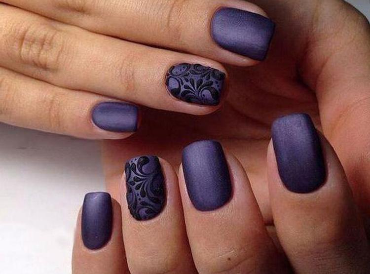 Стильный фиолетовый дизайн ногтей с акцентным пальцем.