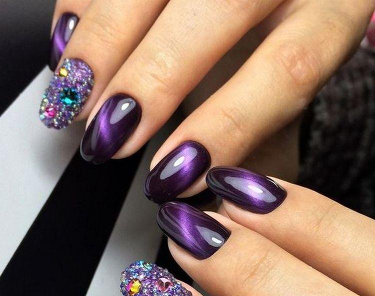 Стразы хорошо дополнять и фиолетовый маникюр в таком стиле.