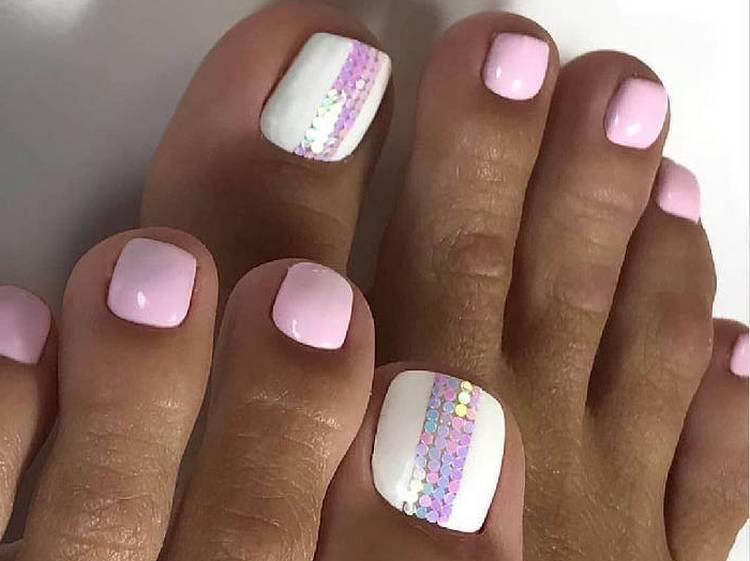 Нюдовые ногти с дизайном на ногах это отличный выбор для лета.