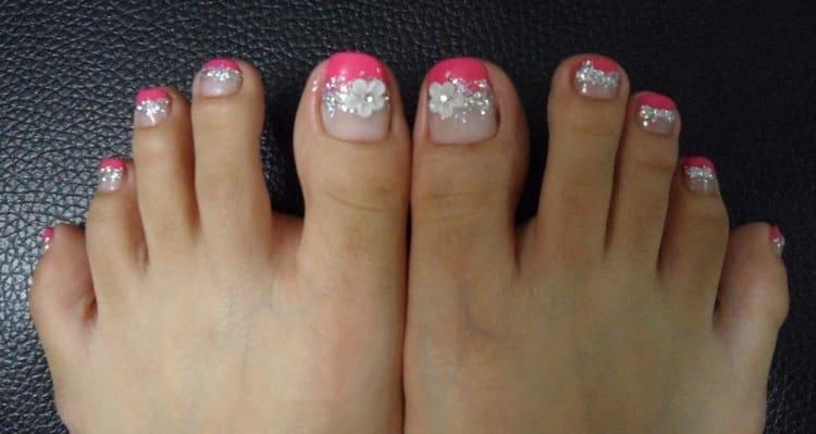 А вот дизайн ногтей на ногах с блестками.