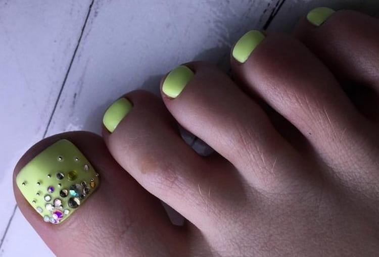 А вот дизайн ногтей на ногах с камнями.