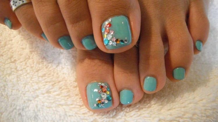 А вот еще один вариант дизайна ногтей гель-лаком на ногах.
