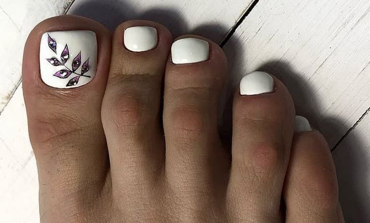 Очень стильный белый педикюр с декором на большом пальце.