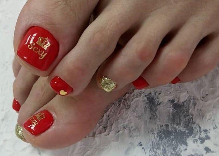 В дизайне ногтей на ногах можно использовать также наклейки.
