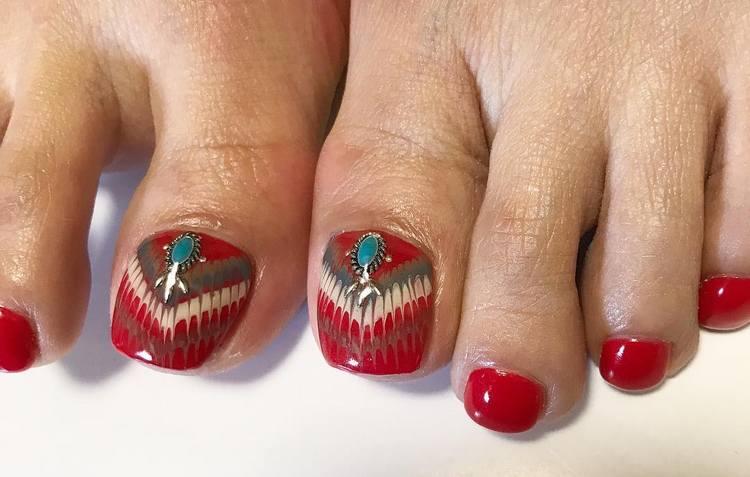 Стильные рисунки на ногтях ног с камнями.