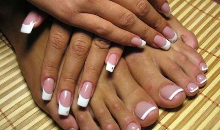 очень стильно выглядит френч на ногтях рук и ног.