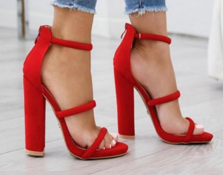 если у вас яркая открытая обувь, педикюр лучше сделать в более сдержанных тонах.
