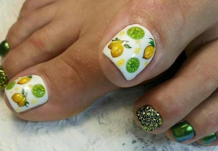 А вот стильный летний дизайн ногтей на ногах.