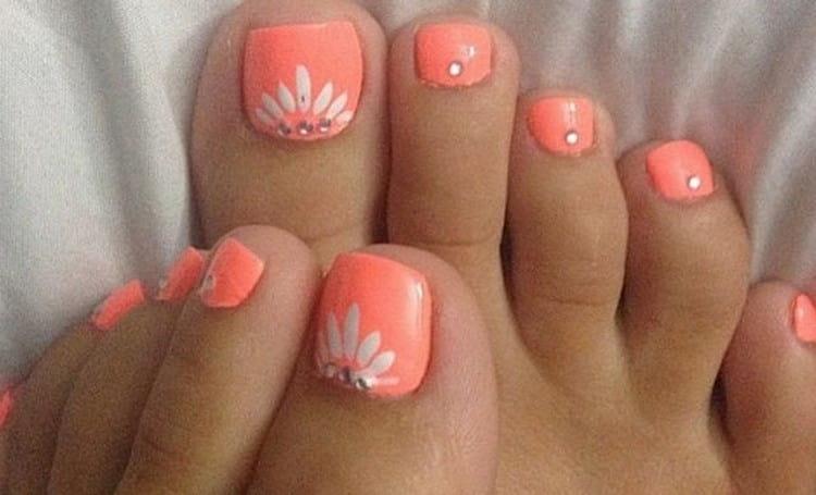 Нежные ромашки на ногтях ног.