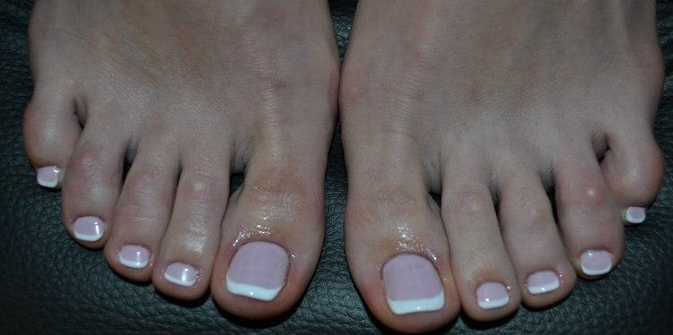 Актуальным остается дизайн ногтей френч на ногах.