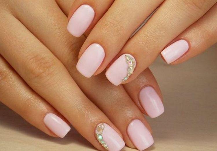 Нежно-розовый дизайн ногтей можно дополнить стразами.