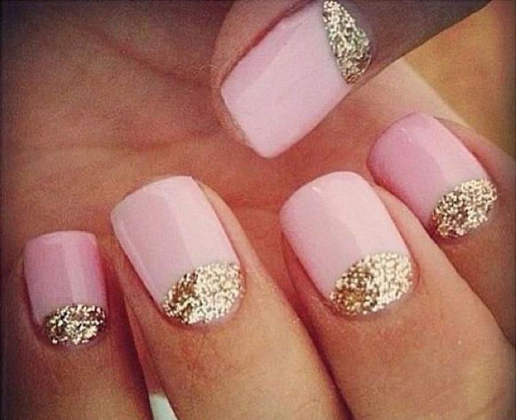 Золото тоже хорошо выглядит на нежно-розовых ноготках.