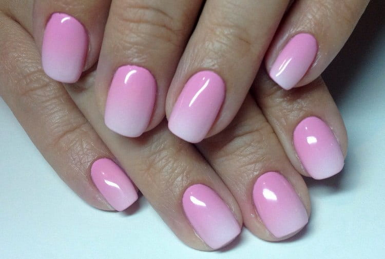 А вот фото актуального дизайна ногтей розового цвета в технике омбре.