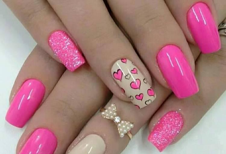 Посмотрите интересные фото дизайна ногтей в розовых тонах с сердечками.
