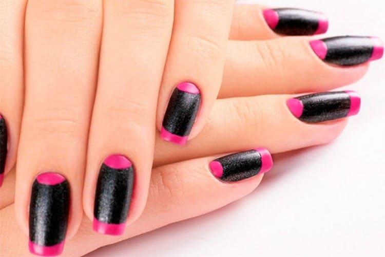 Черно-розовый французский маникюр выглядит дерзко и смело.