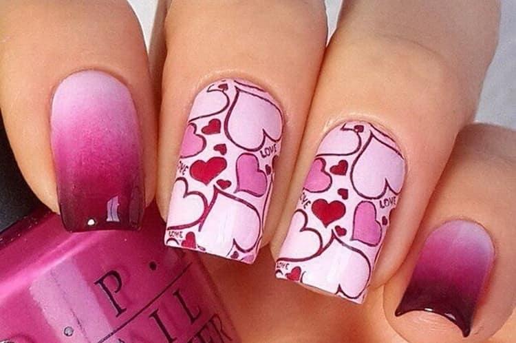 Сердечки актуальны и для ярко-розового дизайна ногтей.