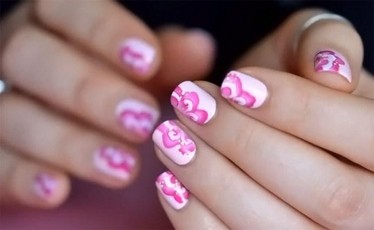 Оригинальным можно сделать дизайн ногтей с розовыми цветами.