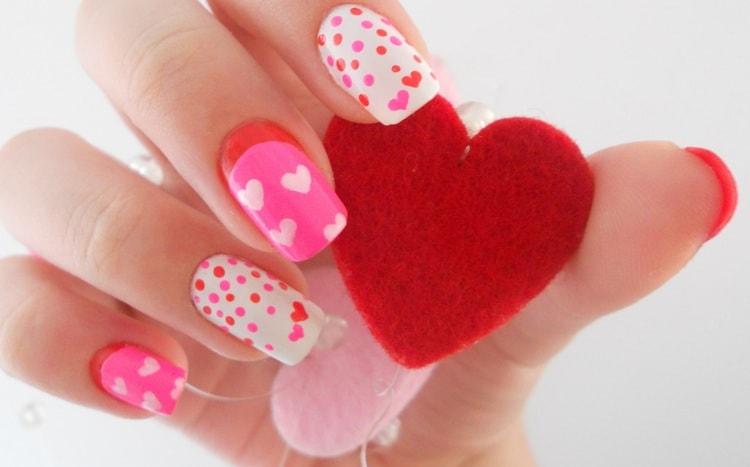 А вот еще вариант розового маникюра с сердечками.