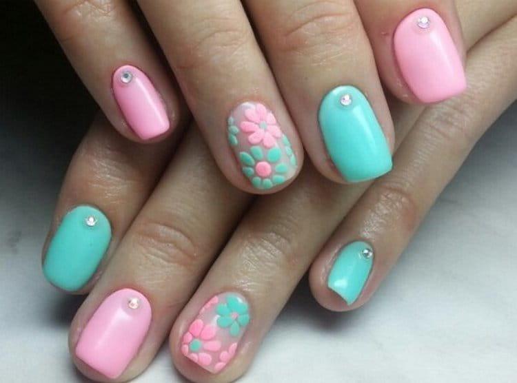Дизайн ногтей мятный с розовым очень актуален в этом сезоне.