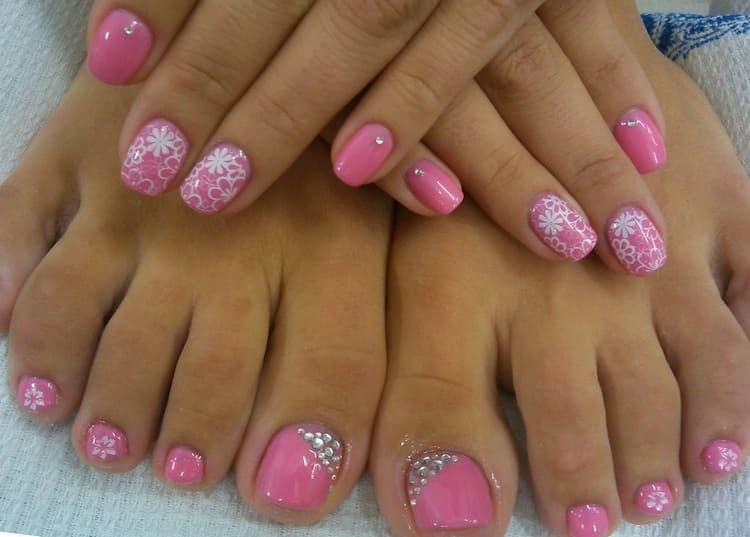 Очень стильно, если розовый маникюр будет дополнен и педикюром в таких тонах.