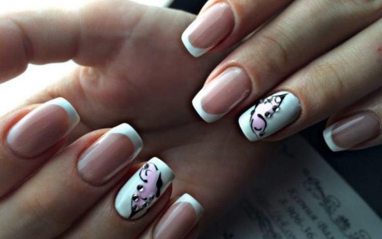 Очень нежно выглядит дизайн ногтей френч с бабочкой.