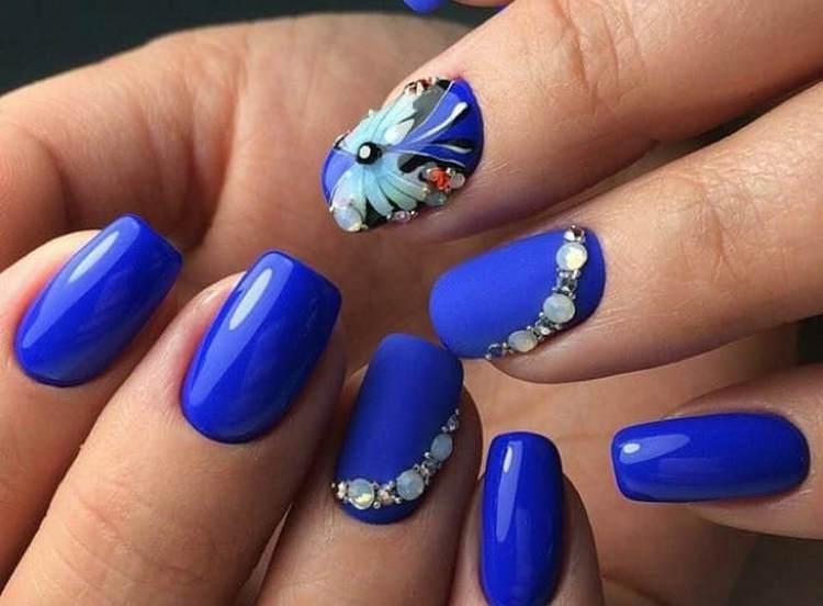 На синем стрекоза выглядит очень красиво.