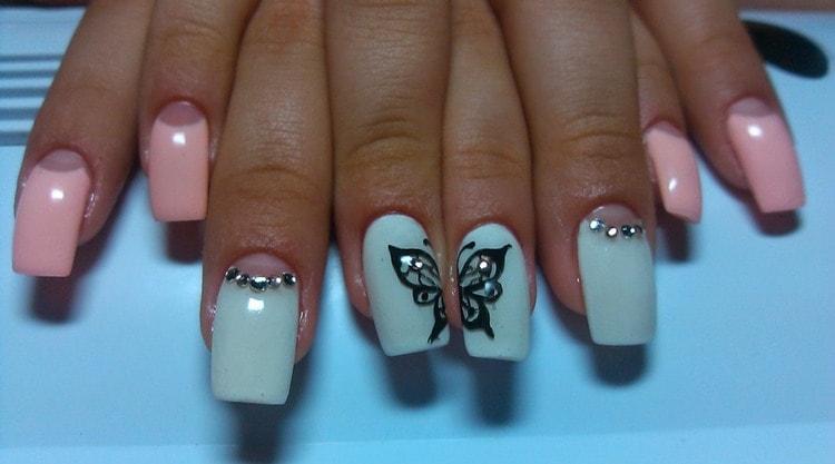 Посмотрите фото дизайна ногтей с бабочками и стразами.