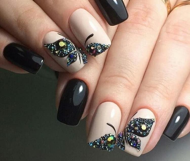 очень модный и дизайн ногтей, в котором бабочка расположена на двух ногтях.