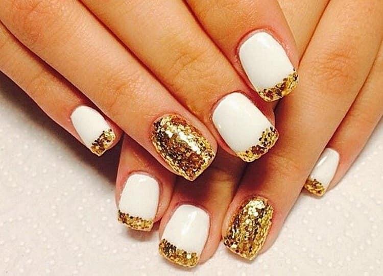 Дизайн ногтей с золотистыми блестками будет актуальным для торжественных событий.