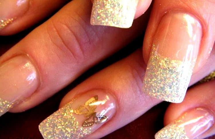 В моде остается и дизайн ногтей френч с блестками.