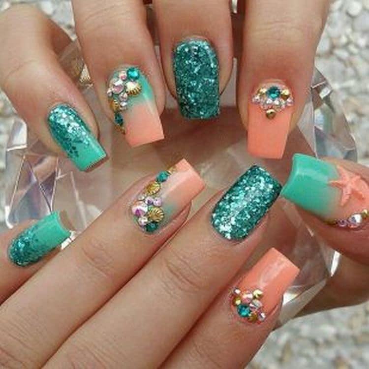 А вот оригинальный летний дизайн ногтей с блестками.