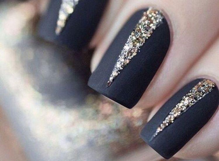 блестки очень красив выглядят на темном ногте.