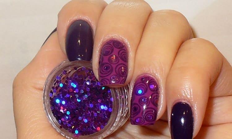 Симпатичный дизайн ногтей с круглыми блестками.