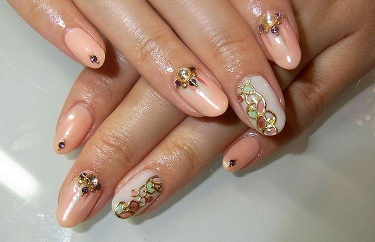 Красиво выглядят ногти со стразами и другими украшениями.