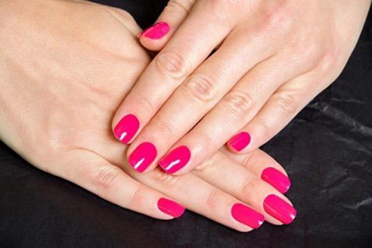Простой дизайн ногтей шеллаком это однотонный маникюр.