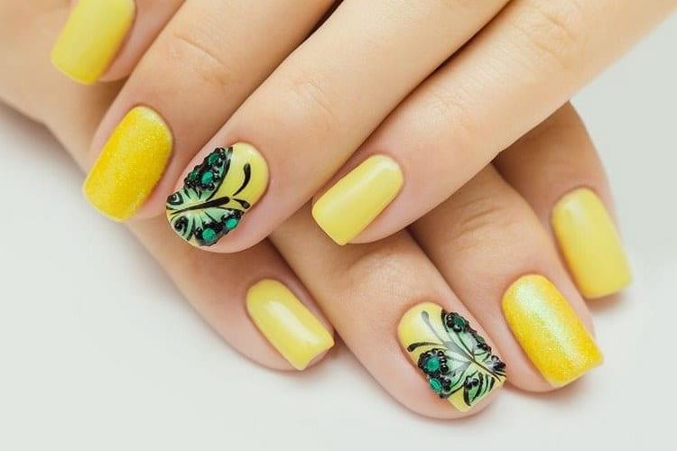 Желтый цвет на ноготках очень актуален для лета.