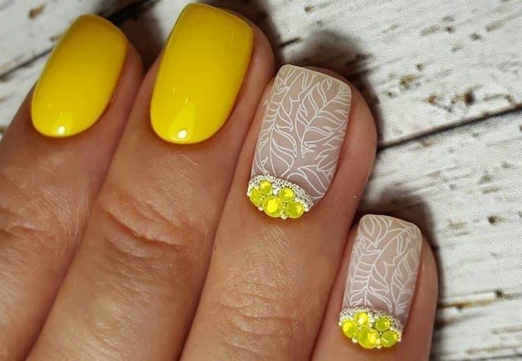 А вот прелестное сочетание желтого с матовым прозрачным покрытием.