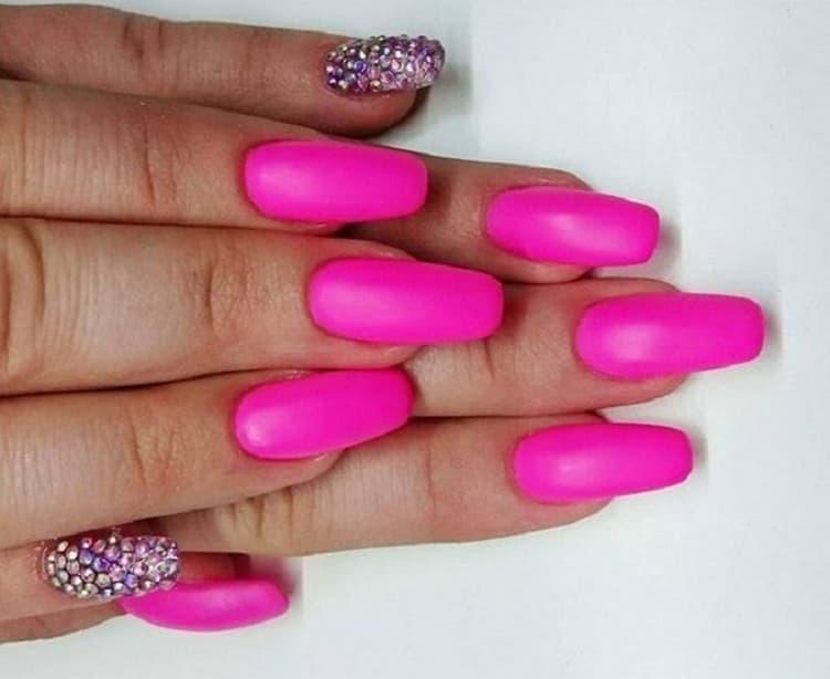 Яркий неоновый розовый подойдет активным ярким девушкам.