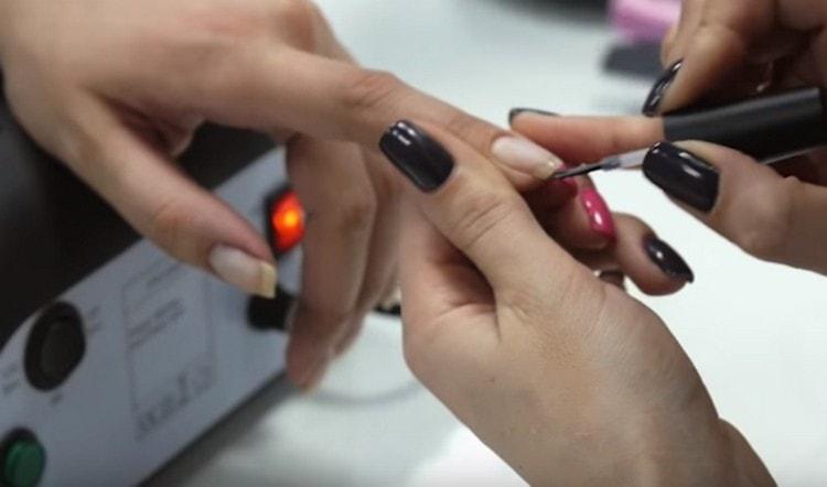 Посмотрите также фото дизайна ногтей шеллаком пошагово для начинающих.