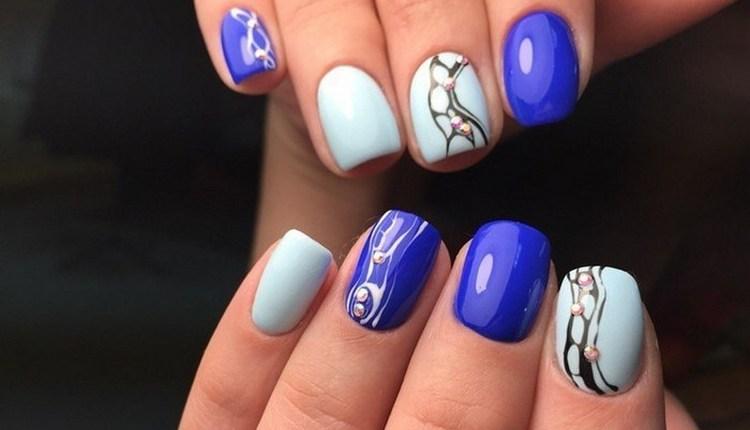 В дизайне ногтей синего цвета актуальна абстракция.