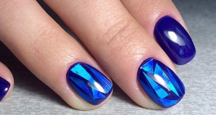 А вот красивый синий дизайн в технике битое стекло.